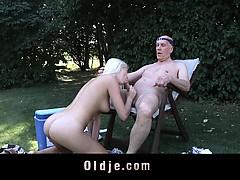 Kåt blondin släpper lös sina lustar och bangar på en gammal man