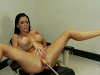 Storbystade Jenna Presley får smaka mekanisk kuk i ett sjukhus