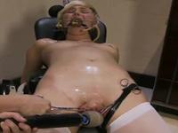 Chloe Camilla blir bunden och fylld med mekanisk pitt