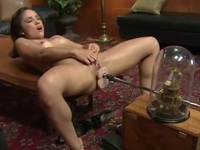 """En riktigt fin kvinna med erotisk röv prövar på """"sexmaskinen"""""""