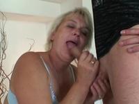 Blond farmor KNULLAR SKITEN ur två unga män