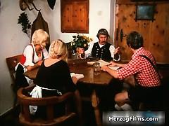 Pervers gammal gubbe leker med kåt brud