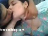 Porrigt indiskt par prövar på knull i cam