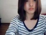 Söt asiatisk teen visar sig i webbkamera