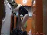 SPYCAM filmar när rörmokaren spänner på en hemmafru